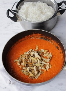 Mama riževi rezanci v omaki iz rdečih paprik